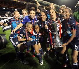 L-equipe-feminine-de-l-OL-vainqueur-de-la-Ligue-des-champions-2011_imageArticle3Colone_rollover